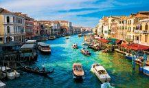 Venise est une ville unique au monde, avec son centre historique entouré et traversé par l'eau. Le seul moyen de transport : le Vaporetto.