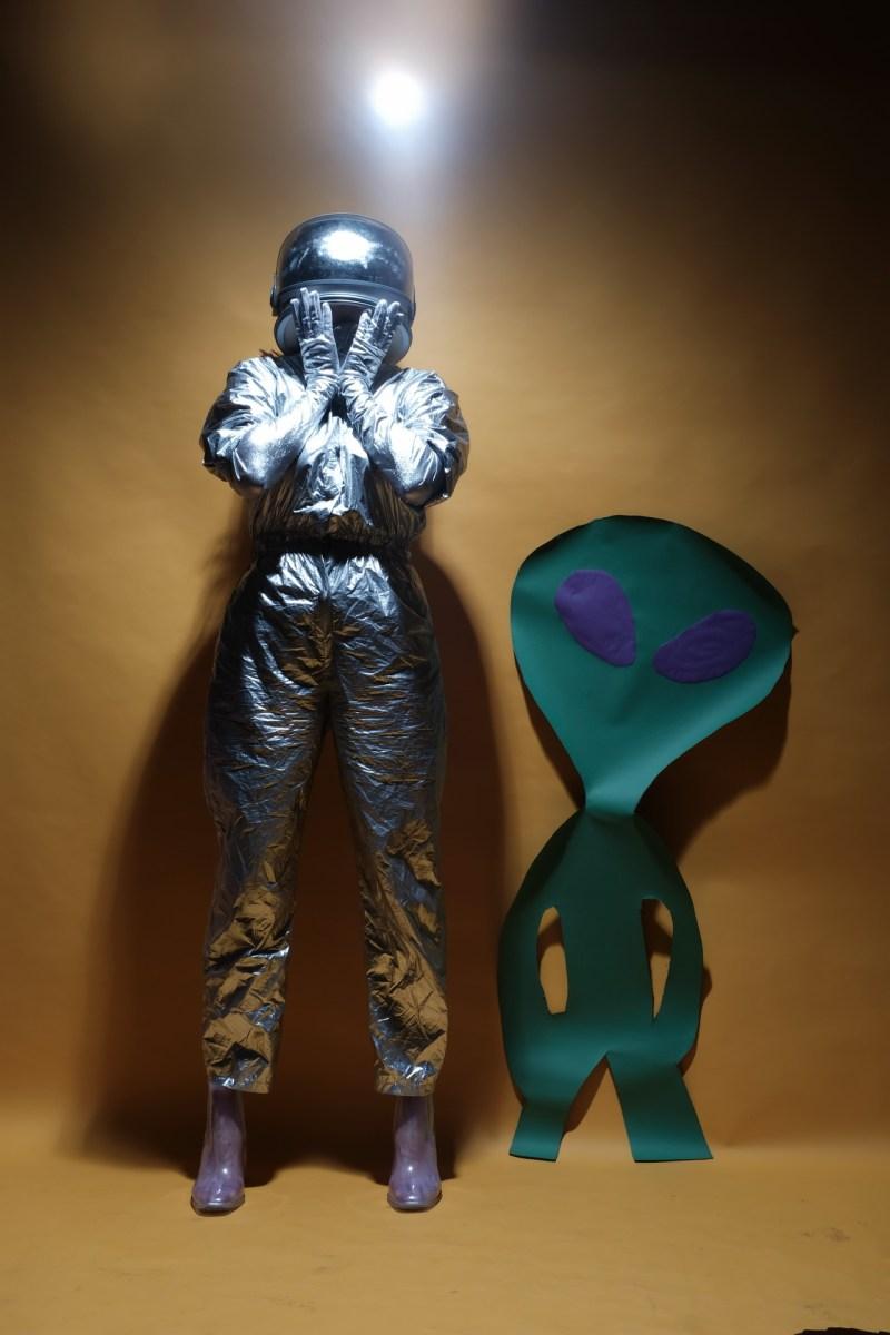 The space trucker alien in the studio 01