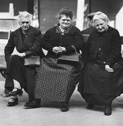 © 1938 Fritz Henle - Housewives, Paris