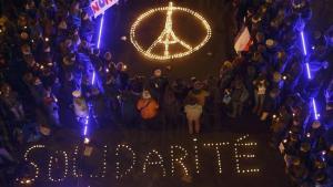 la-fg-paris-attacks-reaction-20151114-pictures