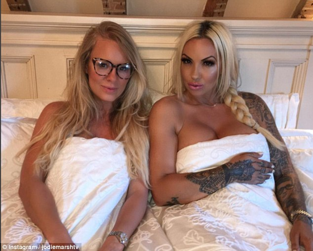 jodie-marsh-poses-in-bed-with-female-hunter-to-promote-tlc-documentary
