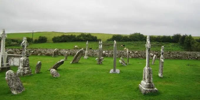 Grabkreuze in der Klosteranlage Clonmacnoise in Irland