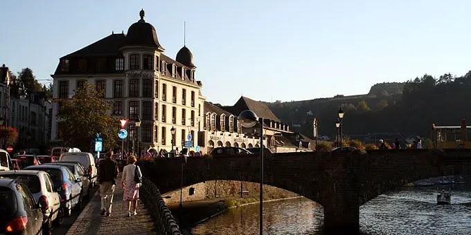 Das Hotel de la Poste direkt am Fluß hinter eine Brücke im Belgien Urlaub