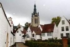 Beginenhof in Kortrijk besteht aus einem Ensemble von 42 kleinen weißen Häusern