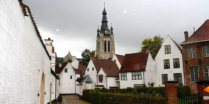 Beginenhof in Kortrijk besteht aus einem Ensemble von 42 kleinen weißen Häusern - Flandern Rundfahrt