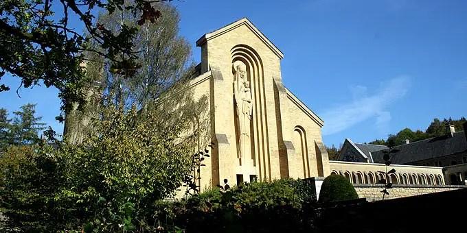 Beeindruckende Marienstatue aus Stein an der Basilika des Klosters im Belgien Urlaub