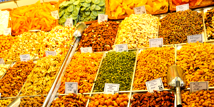 Staedtereise Barcelona - Nüsse und Trockenfrüchte an einem Marktstand in La Boqueria