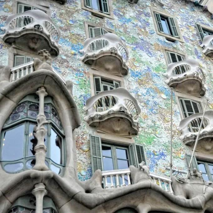 sehenswuerdigkeiten-barcelona-katalonien-reisetipps-spanien-Casa-Batllo-fenster