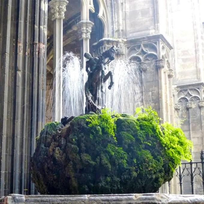 sehenswuerdigkeiten-barcelona-katalonien-reisetipps-spanien-kathedrale-barcelona-innenhof-georgsbrunnen