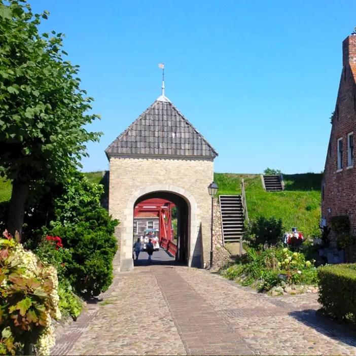 sehenswuerdigkeiten-groningen-reisetipps-niederlande-holland-bourtange-eingangstor