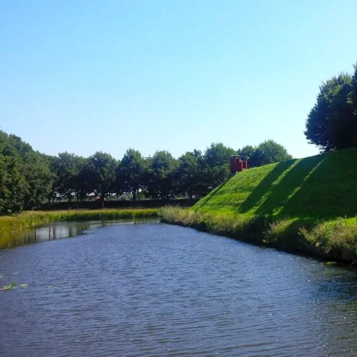 sehenswuerdigkeiten-groningen-reisetipps-niederlande-holland-bourtange-wassergraben