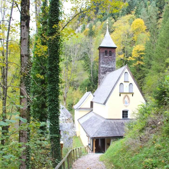 sehenswuerdigkeiten-kaiserwinkl-reisetipps-tirol-reisetipps-oesterreich-wallfahrtskirche-klobenstein-weg
