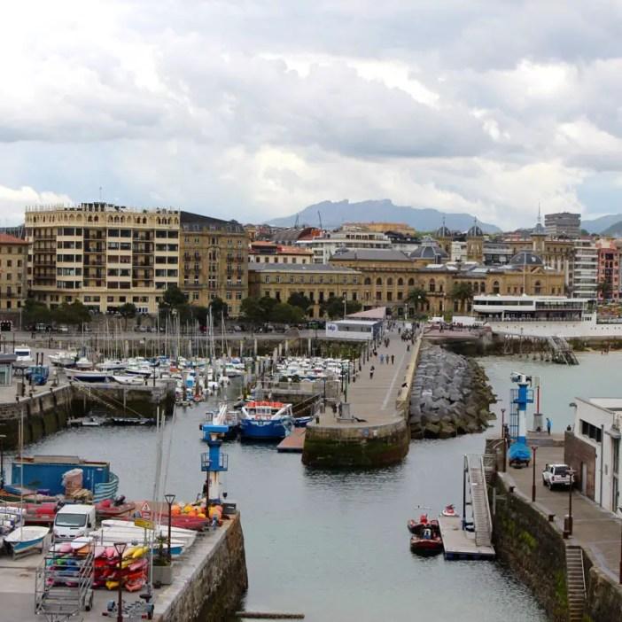sehenswuerdigkeiten-san-sebastian-baskenland-reisetipps-spanien-altstadt-hafen-kai