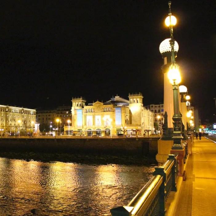 sehenswuerdigkeiten-san-sebastian-reisetipps-baskenland-reisetipps-spanien-Victoria-Eugenia-Theater-abend