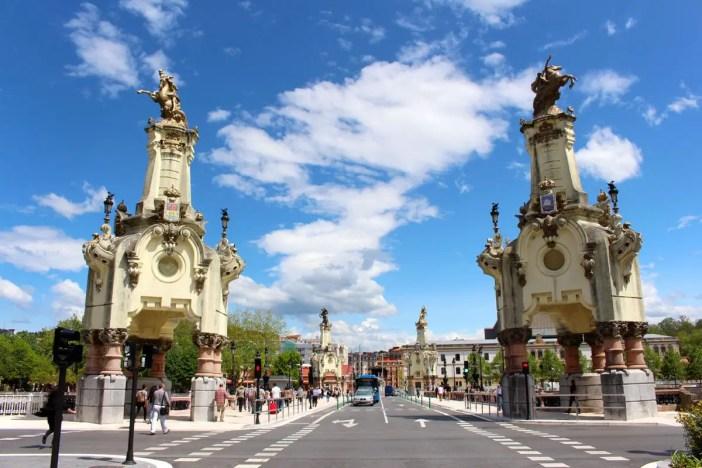 sehenswuerdigkeiten-san-sebastian-reisetipps-baskenland-reisetipps-spanien-maria-cristina-bruecke-obelisken