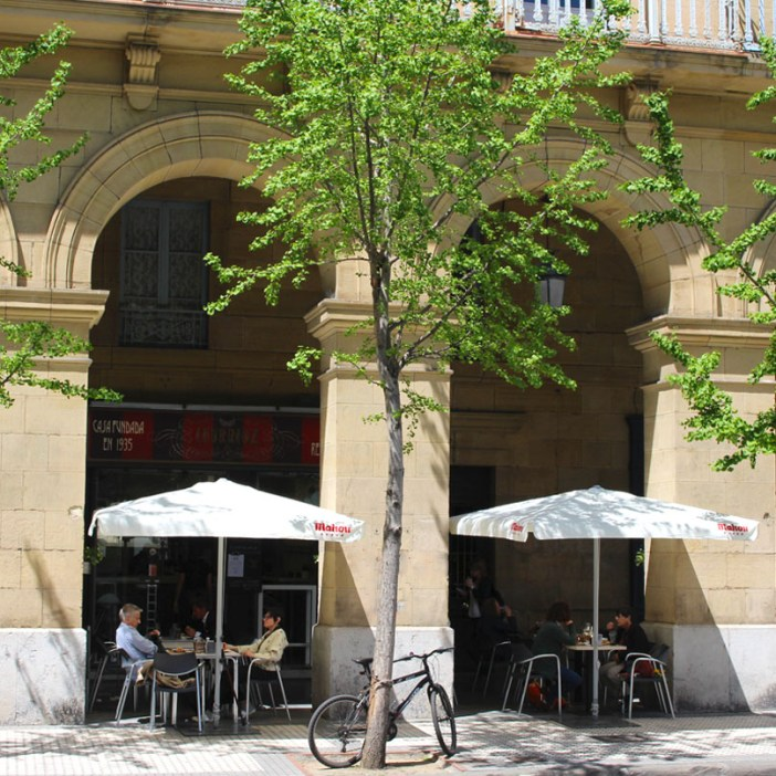 sehenswuerdigkeiten-san-sebastian-reisetipps-baskenland-reisetipps-spanien-plaza-gipuzkoa-cafe