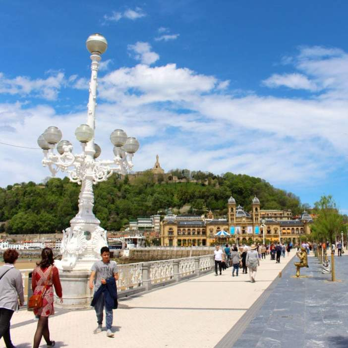 sehenswuerdigkeiten-san-sebastian-reisetipps-baskenland-reisetipps-spanien-promenade-rathaus-altstadt
