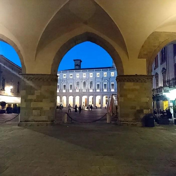 reisetipps-lombardei-reisetipps-italien-rundreise-lombardei-sehenswuerdigkeiten-bergamo-citta-alta-piazza-vecchia-abend