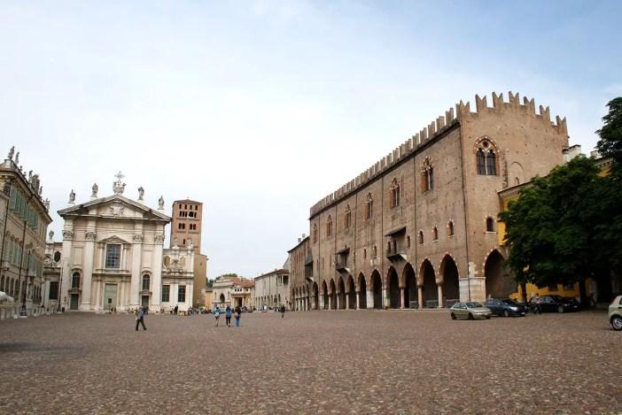 reisetipps-lombardei-reisetipps-italien-rundreise-lombardei-sehenswuerdigkeiten-mantua-Piazza-Sordello
