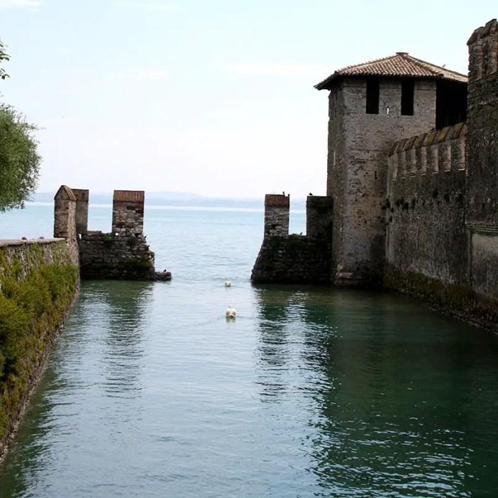 reisetipps-lombardei-reisetipps-italien-rundreise-lombardei-sehenswuerdigkeiten-sirmione-Castello-Scaligero-gardasee