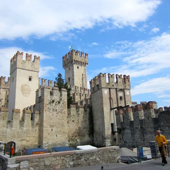 reisetipps-lombardei-reisetipps-italien-rundreise-lombardei-sehenswuerdigkeiten-sirmione-Castello-Scaligero