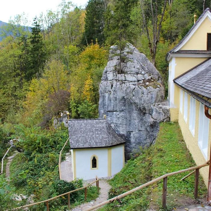 sehenswuerdigkeiten-kaiserwinkl-reisetipps-tirol-reisetipps-oesterreich-wallfahrtskirche-klobenstein-stein-kapelle