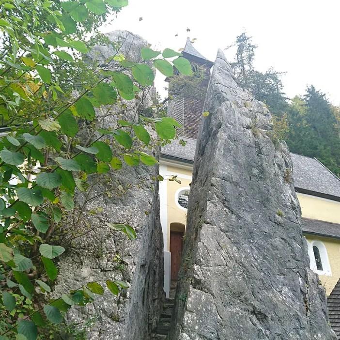 sehenswuerdigkeiten-kaiserwinkl-reisetipps-tirol-reisetipps-oesterreich-wallfahrtskirche-klobenstein-stein
