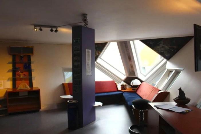 Sehenswuerdigkeiten-rotterdam-suedholland-reisetipps-holland-kubushaeuser-innen-wohnzimmer