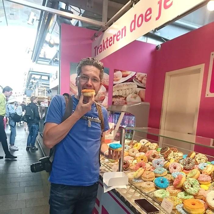 Sehenswuerdigkeiten-rotterdam-suedholland-reisetipps-holland-markthal-stand-donuts