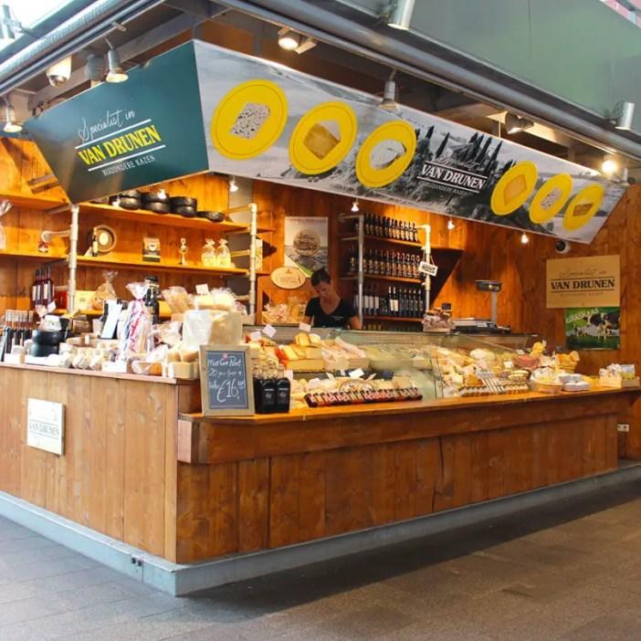 Sehenswuerdigkeiten-rotterdam-suedholland-reisetipps-holland-markthal-stand-kaese