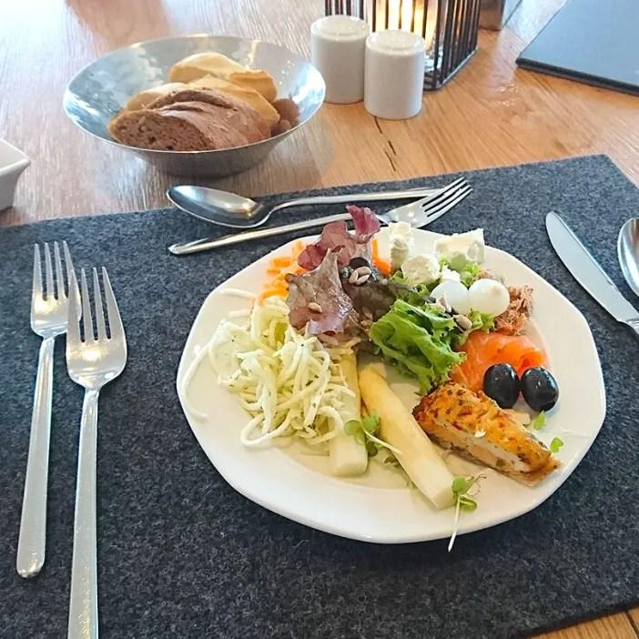 haubers-alpenresort-oberstaufen-allgaeu-bayern-hoteltipp-deutschland-abendessen-salat