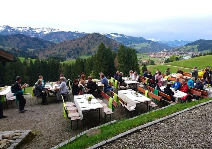 haubers-alpenresort-oberstaufen-allgaeu-bayern-hoteltipp-deutschland-bergfruehstueck-gesellschaft