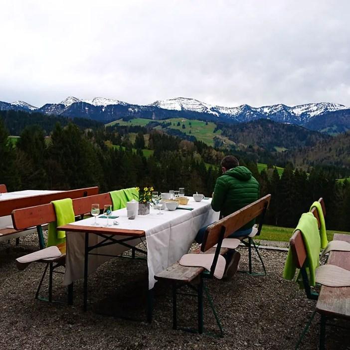 haubers-alpenresort-oberstaufen-allgaeu-bayern-hoteltipp-deutschland-bergfruehstueck-tisch-bergpanorama