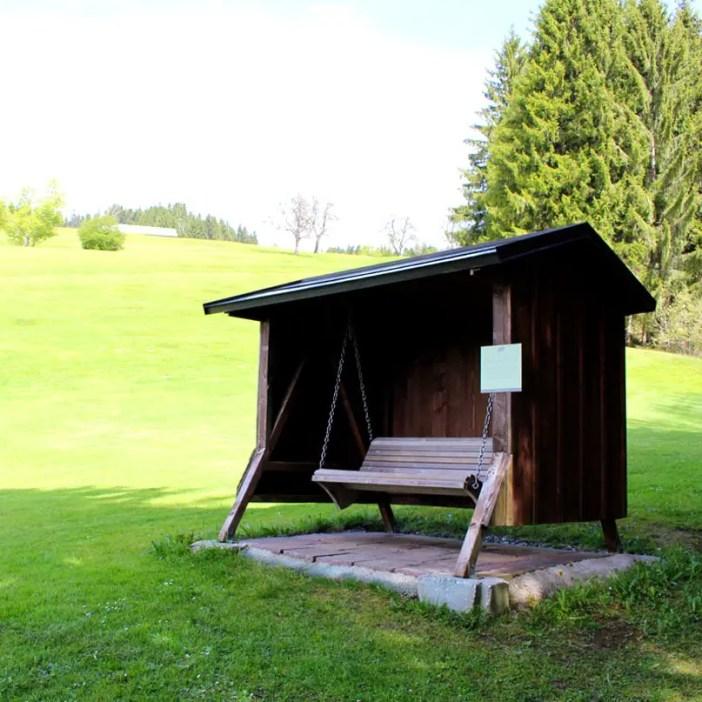 haubers-alpenresort-oberstaufen-allgaeu-bayern-hoteltipp-deutschland-klimapfad-schaukelbank