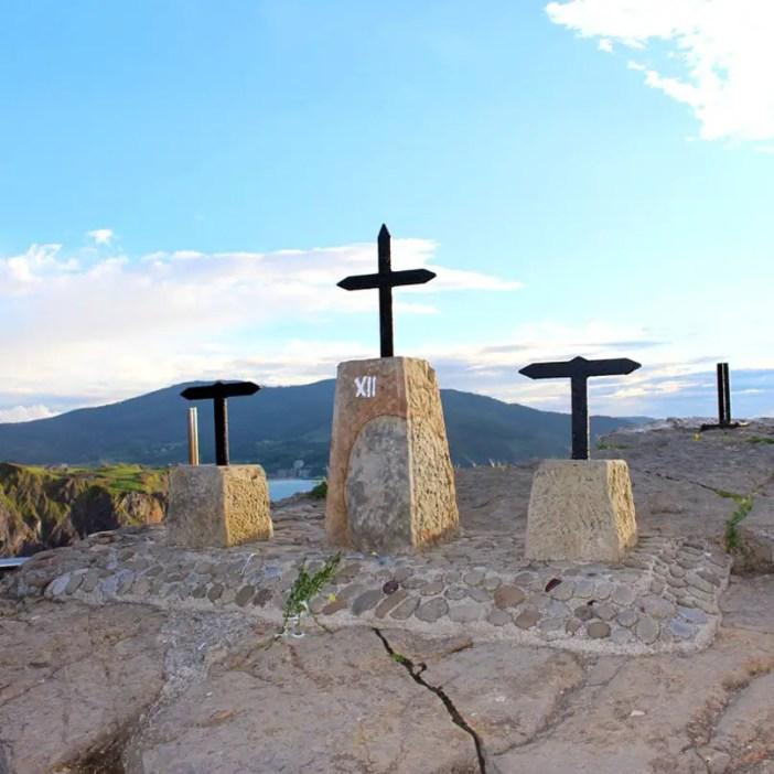 sehenswuerdigkeiten-Biskaya-costa-vasca-reisetipps-baskenland-reisetipps-spanien-Gaztelugatxe-kreuze