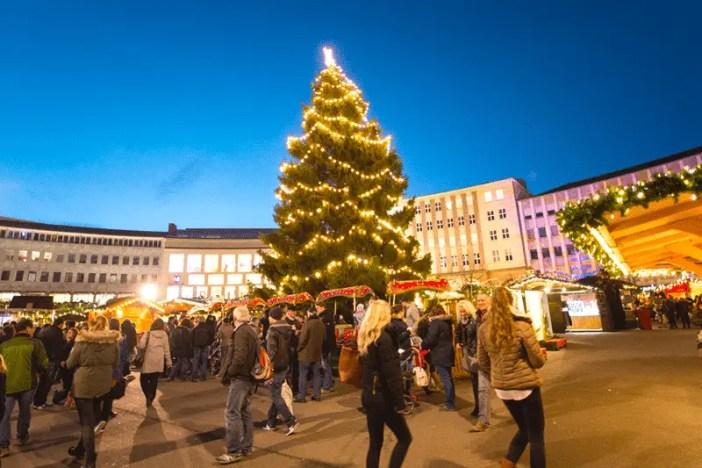 kasseler-maerchenweihnachtsmarkt-reisetipps-hessen-reisetipps-deutschland-weihnachtsbaum