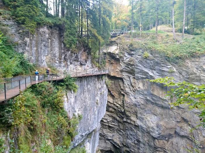 sehenswuerdigkeiten-dornbirn-reisetipps-vorarlberg-reisetipps-oesterreich-rappenlochschlucht-felssteig-oben-bruecke