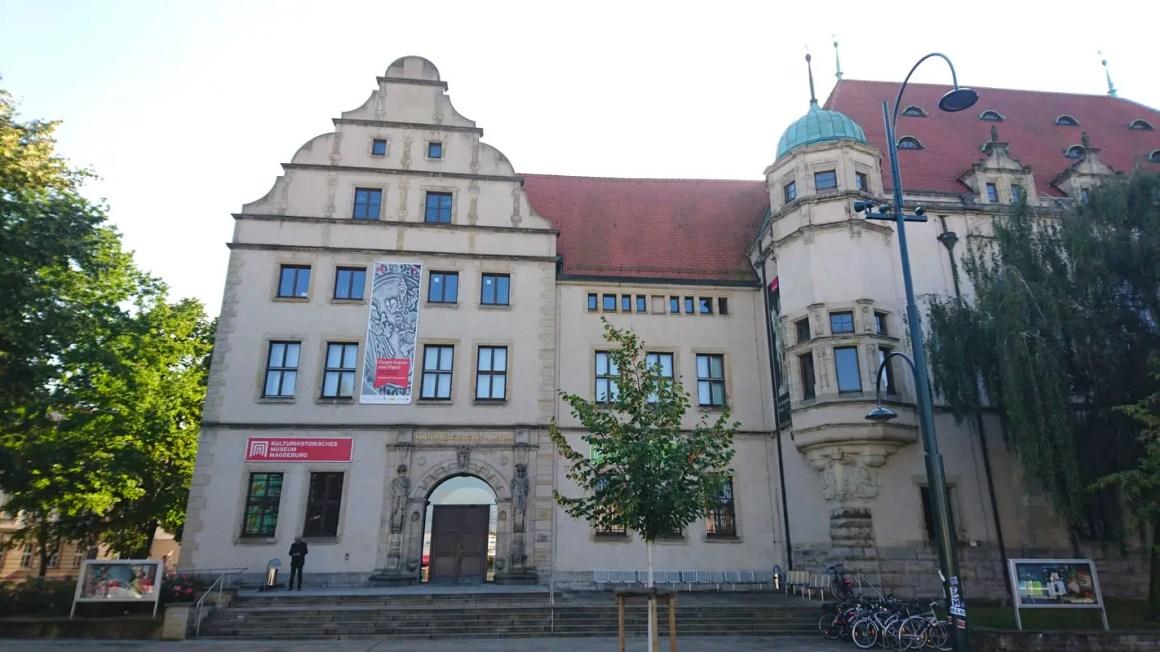 """-www-pd-pid ="" 6893 ""srcset ="" https://www.nicolos-reiseblog.de/ ""1492"" height = ""800"" data-wp-pid = ""6893"" srcset = ""https://www.nicolos-reiseblog.de/ wp-content / uploads / 2018/01 / sightseeing-magdeburg-travel-tips-saxony-anhalt-travel-tips-germany-Zweispartenhaus.jpg 1422w, https://www.nicolos-reiseblog.de/wp-content/uploads/2018/01 /sehenswuerdigkeiten-magdeburg-reisetipps-sachsen-anhalt-reisetipps-deutschland-Zweispartenhaus-300x169.jpg 300w, https://www.nicolos-reiseblog.de/wp-content/uploads/2018/01/sehenswuerdigkeiten-magdeburg-reisetpsps Saksen-anhalt-reistips-duitsland-Zweispartenhaus-1024x576.jpg 1024w, https://www.nicolos-reiseblog.de/wp-content/uploads/2018/01/sehenswuerdigkeiten-magdeburg-reisetipps-sachsen-anhalt-reisetipps-deutschland Two-Party House-800x450.jpg 800w ""sizes ="" (max-breedte: 1422px) 100vw, 1422px ""/></p data-recalc-dims="