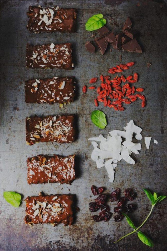 Fit batoniki jaglane z orzechami owocami suszonymi i czekoladą