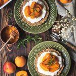 Tarta bezglutenowa z wegańskim serem labneh i morelami