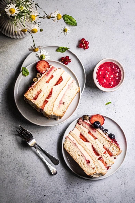 tort bez mleka z masą budyniową i owocami