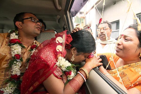 Resultado de imagem para indian bride crying