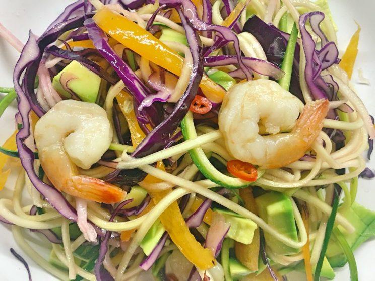 Spaghetti warzywne z awokado i krewetkami