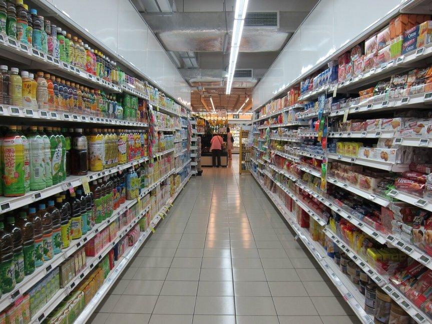Ребенок у супермаркета 1