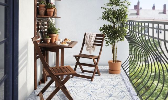 Malutki ogródek ziołowy połączony zestolikiem śniadaniowym namałym balkonie. Fot.Niepodlewam