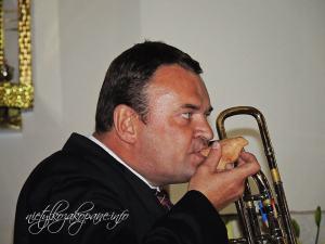 Piotr Dąbrowski gra na okarynie