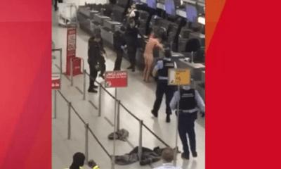 Blote man op vliegveld schiphol