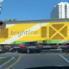 Trein grijpt auto in Miami