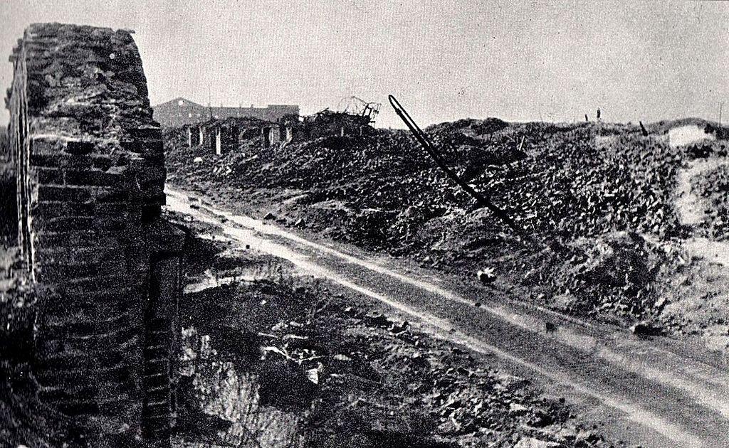 Teren getta pozakończeniu wojny. Ulica Gęsia, widok wkierunku zachodnim. Woddali widoczny wypalony gmach dawnych Koszar Wołyńskich