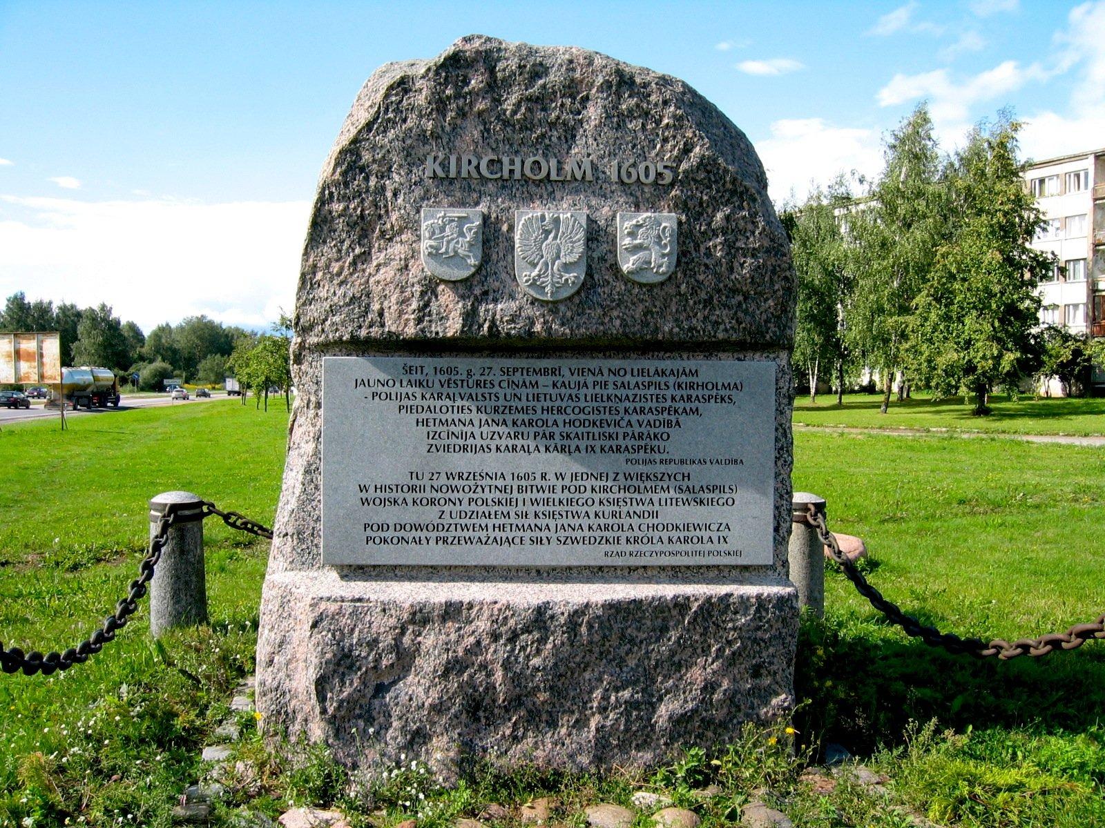 Pomnik bitwy podKircholmem wSalaspils k. Rygi znapisami łotewskim ipolskim orazherbami Litwy, Polski iKurlandii